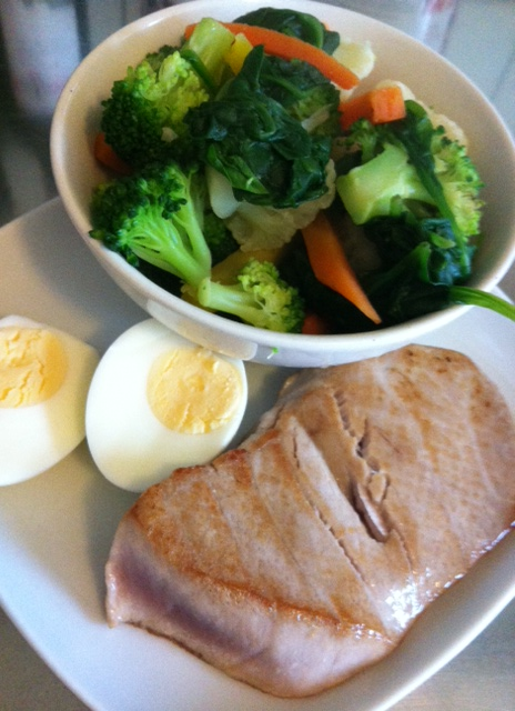 Tunasteak, egg, random steamed veggies
