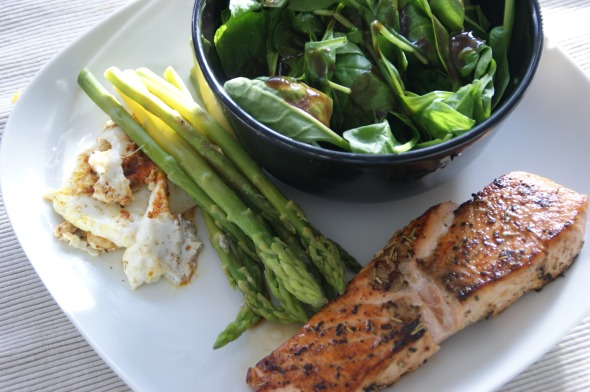 Roasted lemon-rosemary-salmon, steamed baby asparagus, 1 fried eggwhite, spinachsalad