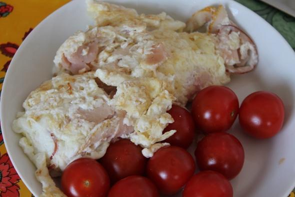 Eggwhite-Chicken-Omelett. Cherry Tomaotes